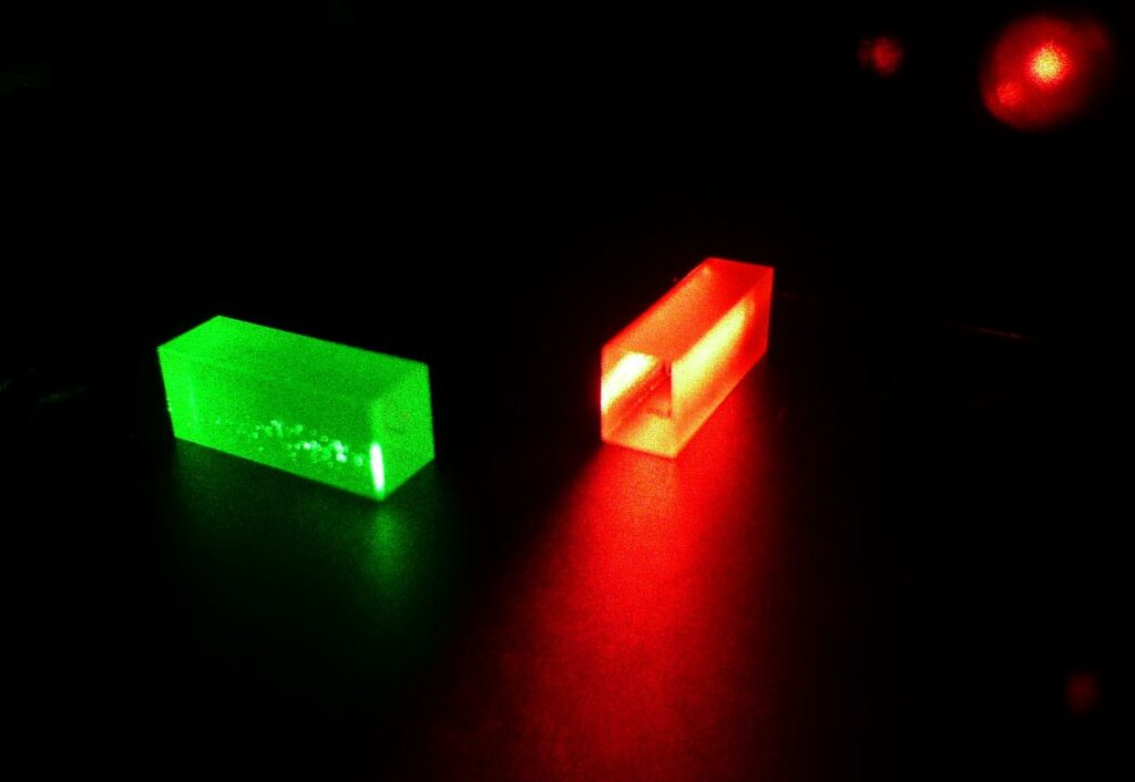 This image shows crystals which contain photonic information after quantum teleportation. (© GAP, University of Geneva (UNIGE))